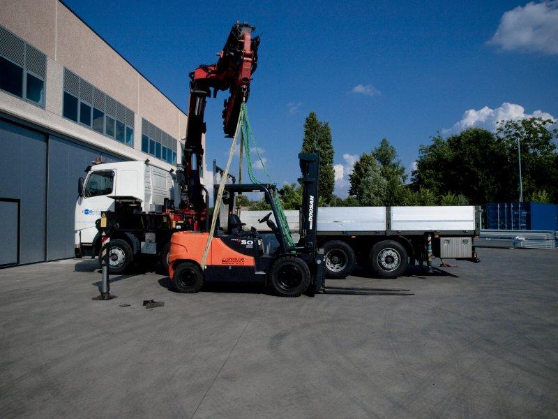 Camion gru per macchinari industriali